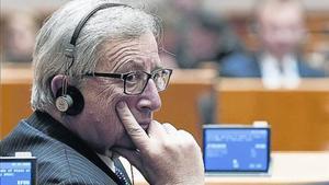 Jean-Claude Juncker, con unos auriculares de traducción en un pleno del Parlamento europeo.