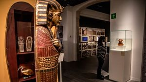 Reproducción de un sarcófago usado como mueble bar y que en la exposición del Etnològic contiene varios suvenirs egipcios.