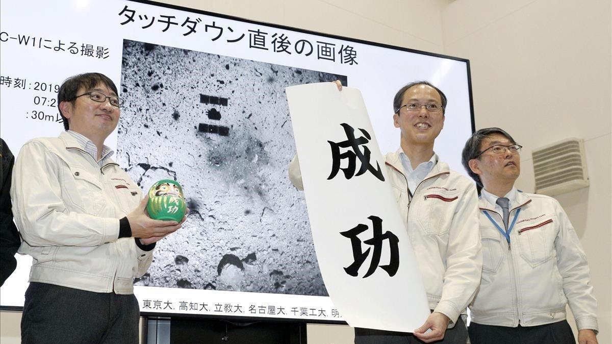 Trabajadores de la agencia espacial japonesa JAXA muestran imágenes de la expedición de la sonda.