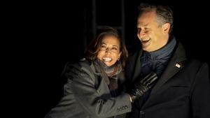 Kamala Harris y su marido, Douglas Emhoff, en un acto electoral el pasado 2 de noviembre.