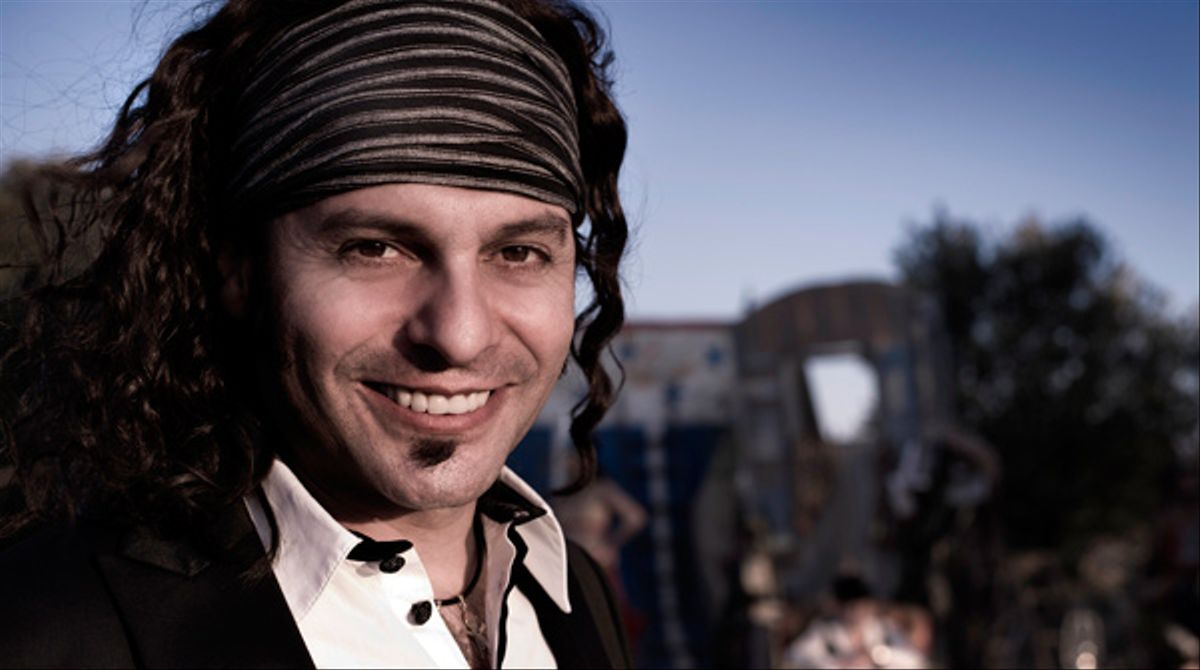El cantante sevillano, Francisco Javier Labandón Pérez, más conocido como 'El Arrebato' interpreta la canción 'Aquí me tienes' en acústico para EL PERIÓDICO.