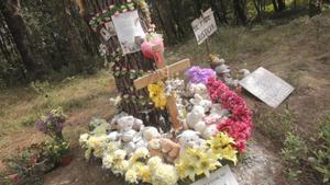 Flores en el lugar donde apareció el cadáver de la menor.