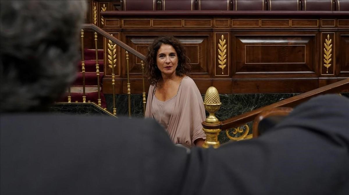 La ministra de Hacienda, María Jesús Montero, en el Congreso de los Diputados. De espaldas, el diputado Joan Tardá, de ERC.