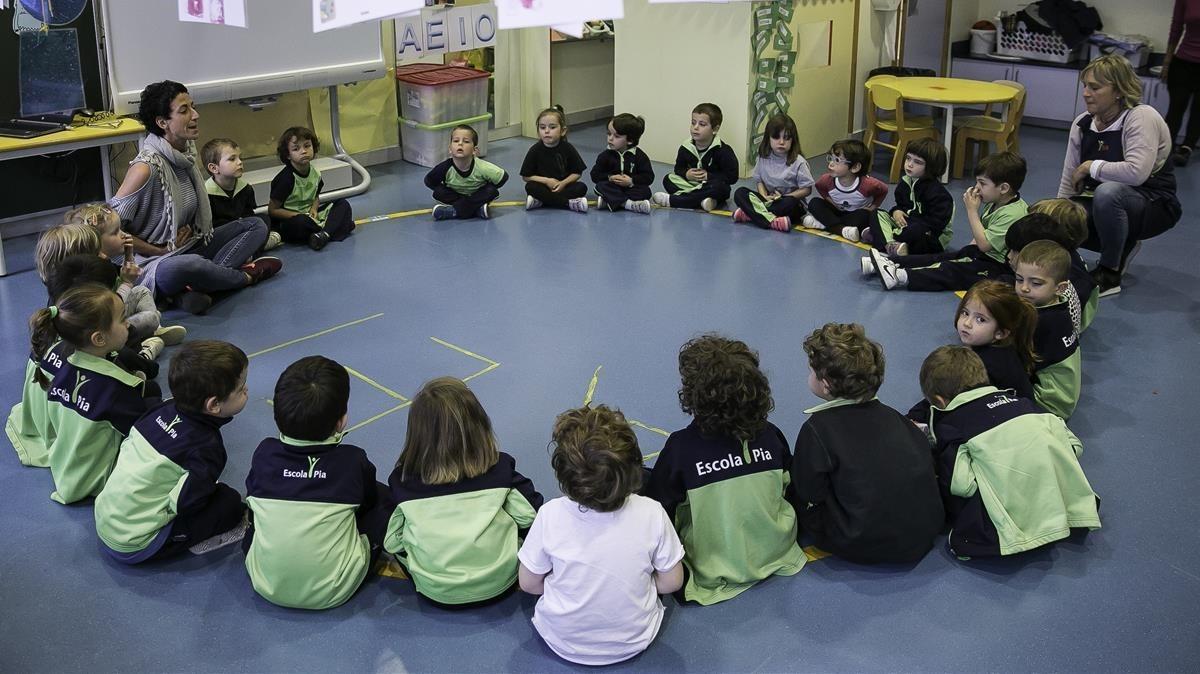 Clase de 'mindfulness' en una clase de P3 de la Escola Pia de Sarrià.