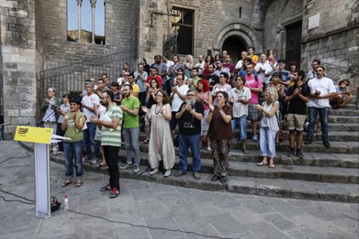 Los diputados Anna Gabriel y Benet Salellas y otros miembros de la CUP, el pasado jueves en la plaza del Rei.