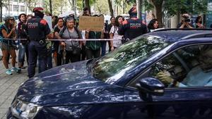 La hija de María abandona el consulado de Uruguay en un vehículo de la Generalitat en dirección Vielha, donde la espera el padre.