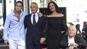 Michael Douglas recibe la estrella en el paseo de la Fama de Hollywood junto a su padre, Kirk Douglas, su mujer, CatherineZeta-Jones y su hijo Cameron.