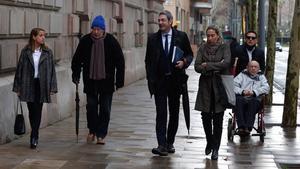 Jordi Montull, su hija Gemma Montull y el abogado de ambos, Jorge Navarro,llegan a la Audiencia de Barcelona para comparecer por el caso Palau.