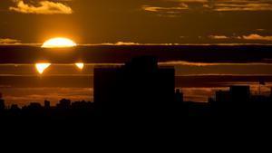 Imagen de un eclipse solar parcial visto desde el distrito de Queens, en Nueva York, en noviembre del 2013.