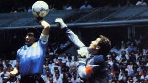 Maradona, el día que marcó con la mano a Shilton.