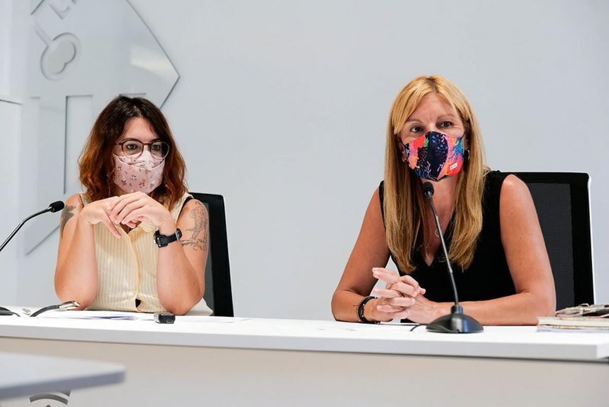 La alcaldesa de Rubí, Ana María Martínez, junto a la concejala de Vivienda, Ànnia García, en la rueda de prensa