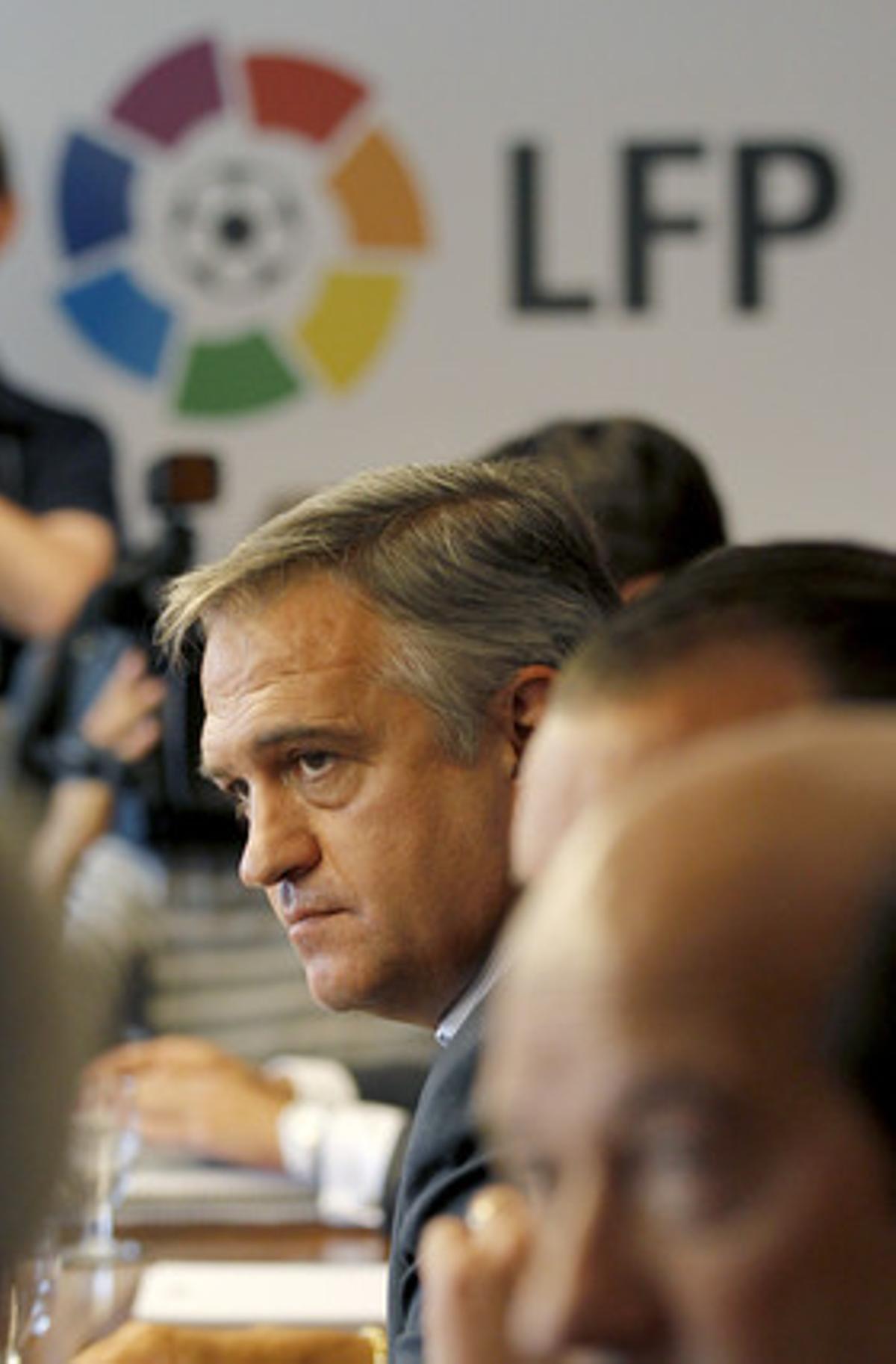 Una imagen de archivo de una reunión en la sede de la LFP durante la huelga de futbolistas.