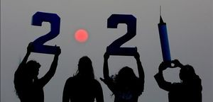 Varias chicas indias celebran la llegada del nuevo año en Bhopal, India.