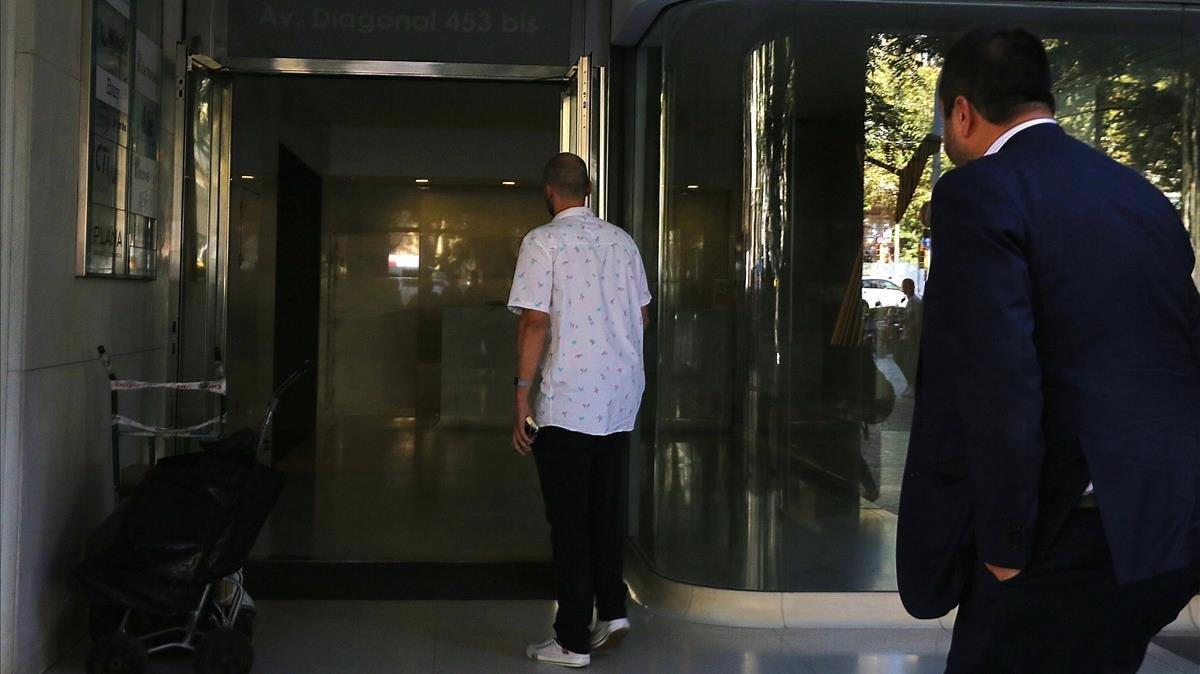 El padre de la menor, a su entrada en el consulado de Uruguay en Barcelona.