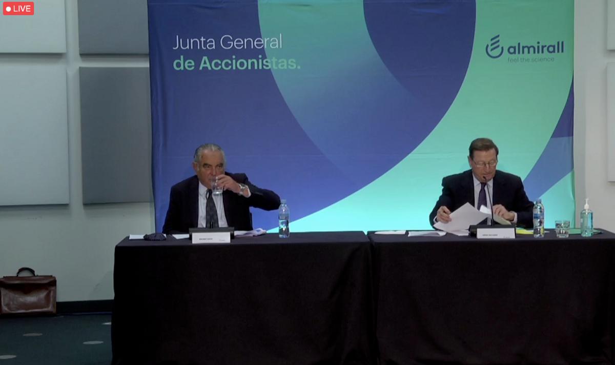 El presidente de Almirall, Jorge Gallardo, mira sus notas durante la junta de accionistas telemática.