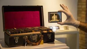 Imagen de la Maleta Buïgas y una de las placas de vidrio que custodia, en el Museu d'Art de Cerdanyola.