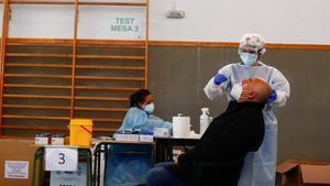 Un hombre se somete a una prueba de covid en el pabellón deportivo de la localidad madrileña de Serranillos del Valle, este martes.
