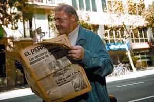 Franco lee el primerejemplar de EL PERIÓDICO,frente a la actual redacción.