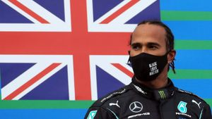 Lewis Hamilton en el podio del GP Eifel 2020, en el cual igualó las victorias de Michael Schumacher