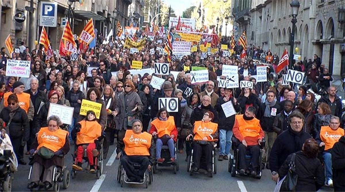 Decenas de miles de manifestantes denuncian las políticas de austeridad del PP y de la Generalitat