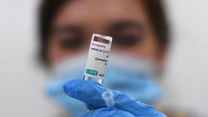 Sanitat i les comunitats pacten suspendre la vacuna amb AstraZeneca als menors de 60 anys