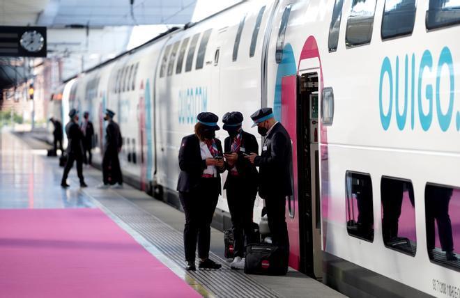 Empleados de la compañía ferroviaria Ouigo, antes de inicial el primer viaje de prueba entre Madrid y Barcelona