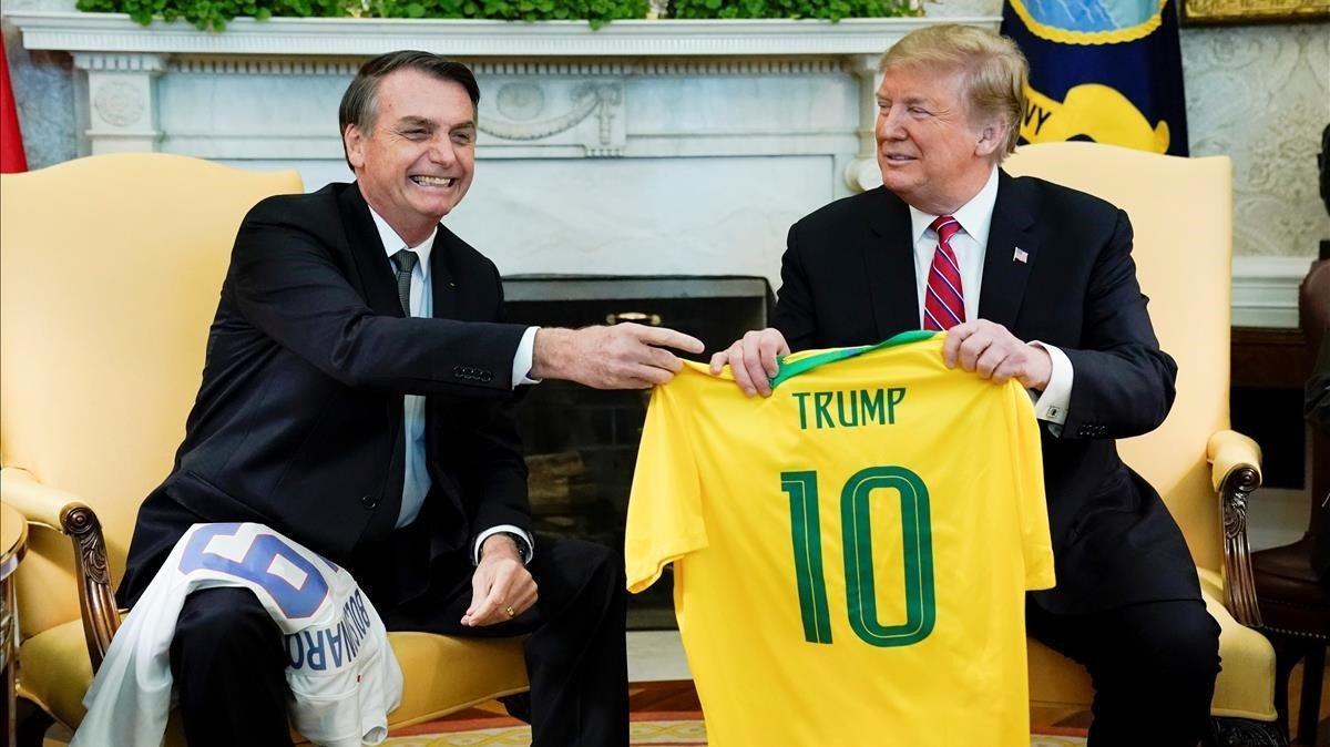 Bolsonaro obsequia a Trump una camiseta de la selección de Brasil.