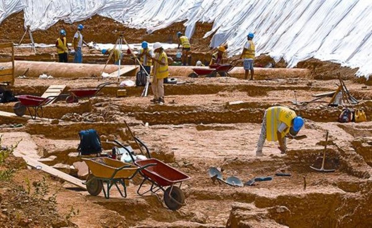 Un grupo de arqueólogos y auxiliares trabajan en la excavación de la villa romana de La Sagrera, ayer.