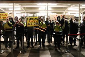 Trabajadores de Acciona bloquean la puerta de entrada a Nissan en Zona Franca.