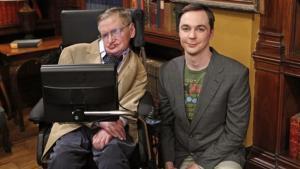Stephen Hawking con Jim Parsons, el actor que encarna a Sheldon Cooper, juntos en el plató de 'The Big Band Theory', en el 2012.