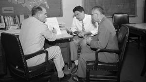 Alexander Langmuir preside una reunión en su despacho en 1955.