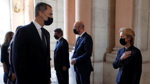 Felipe VI conversa con la presidenta de la Comisión Europea, Ursula von der Leyen, en presencia del presidente del Consejo Europeo, Charles Michel, durante el homenaje de Estado a las víctimas de coronavirus, este jueves 16 de julio.