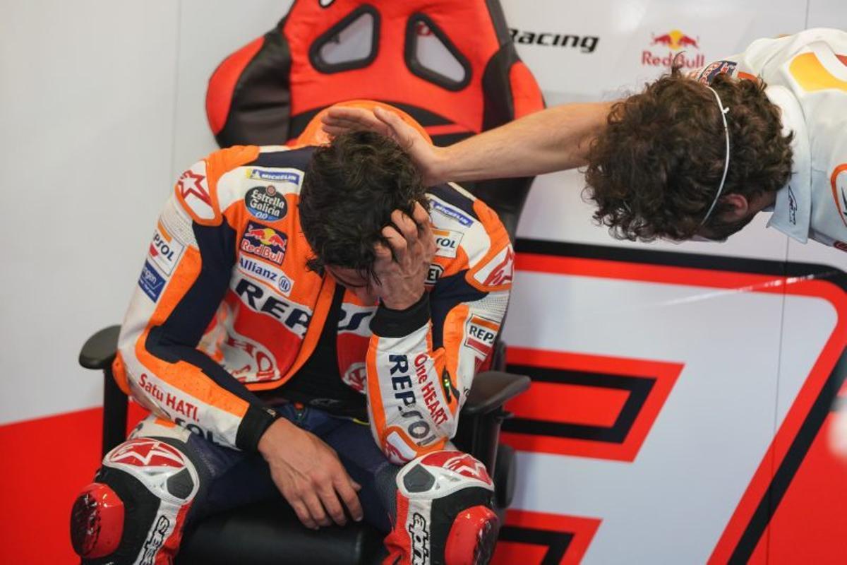 Santi Hernández, ingeniero de Marc Márquez, felicita a su piloto, que rompió a llorar de emoción al llegar al box del equipo Repsol Honda.