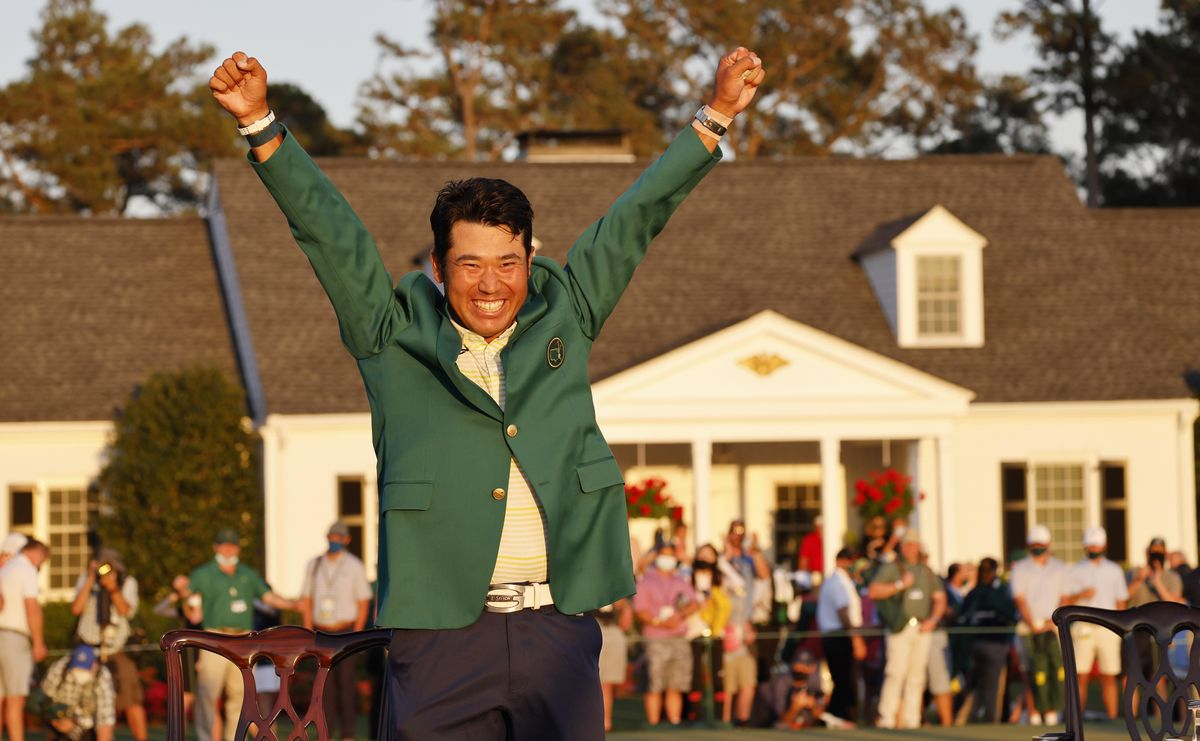 Matsuyama sonríe y levanta los brazos al cielo, vestido ya con la chaqueta verde de ganador del Masters