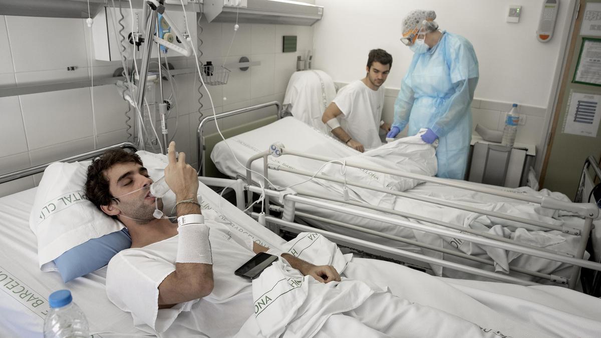 Víctor Navas, 23 años, y Raul Condomines , 24 años , ingresados en la planta covid del Hospital Clínic con neumonía.