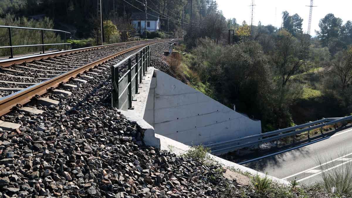 Imágenes del puente de García (Ribera d'Ebre, Tarragona) donde ha fallecido un hombre tras caer mientras caminaba por las vías del tren.