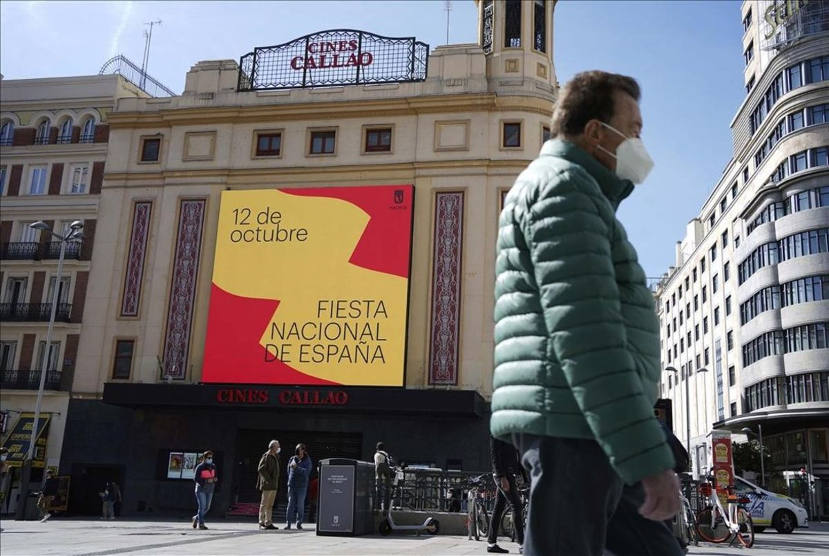 Ambiente en la Plaza de Callao durante el primer día laborable desde que entraron en vigor las restricciones de movilidad y que afectan a Madrid capital y a otros nueve municipios madrileños .