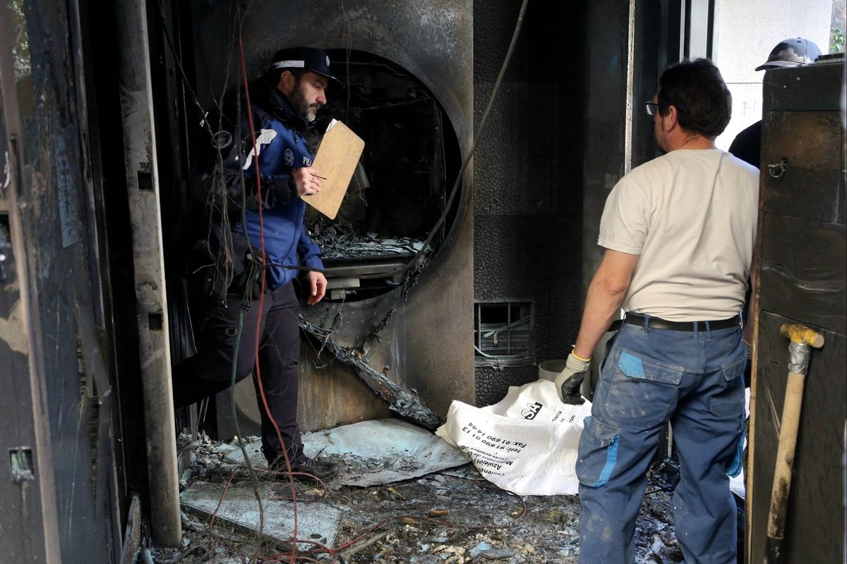 La sucursal de Caixabank tras el incendio provocado durante los disturbios de Lavapiés.