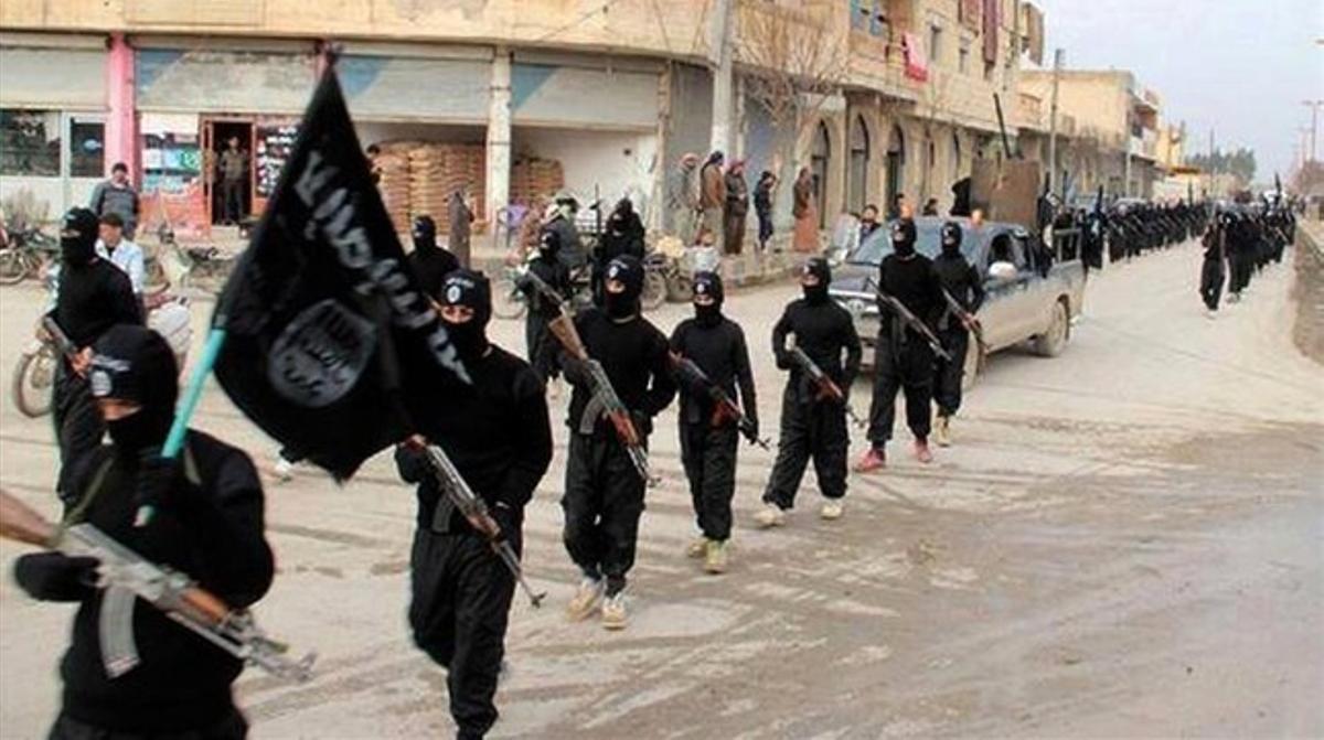 Militantes del ISIL marchan por Al Raqa, en una fecha sin determinar, en una imagen difundida este martes en una web islamista.