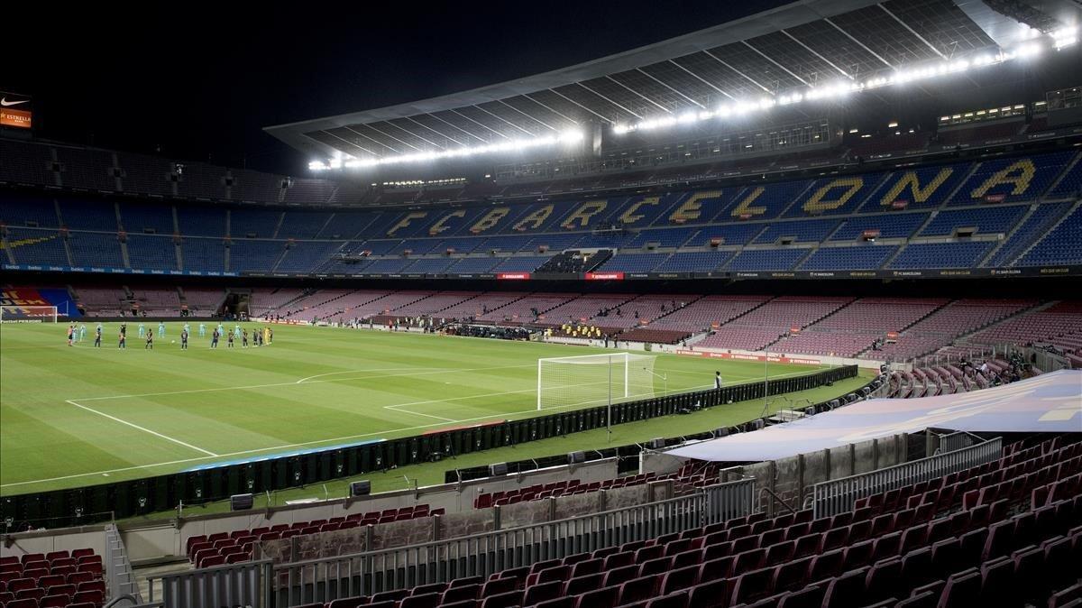 Estremecedor minuto de silencio por las víctimas del Covid 19 de los jugadores del Barça y del Alavés ante un Camp Nou absolutamente vacío en el regreso a la competición de la Liga, el pasado 16 de junio.