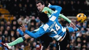 Abel Aguilar pugna con Sergio Busquets en el encuentro entre el Hércules y el Barça del sábado en Alicante.