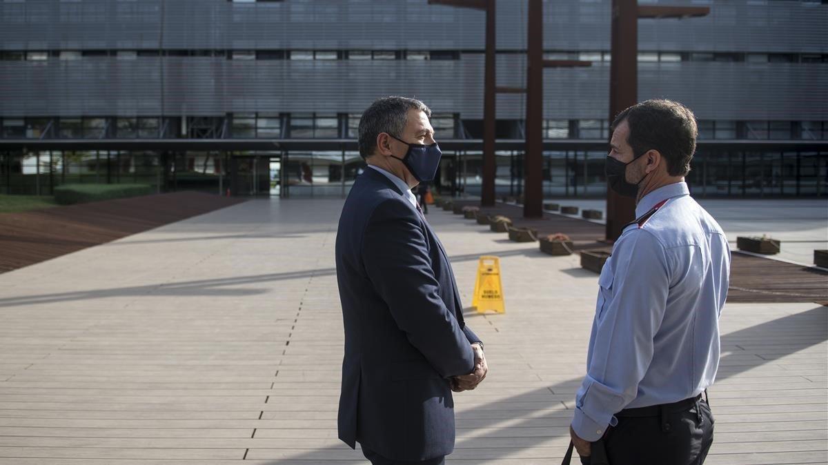 Ferran López (derecha) habla con el 'conseller' de Interior Miquel Sàmper, el pasado día 13.