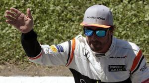 Fernando Alonso saluda al público de Montmeló tras su extraordinario séptimo puesto en la parrilla de salida de mañana en el GP de España de F-1.