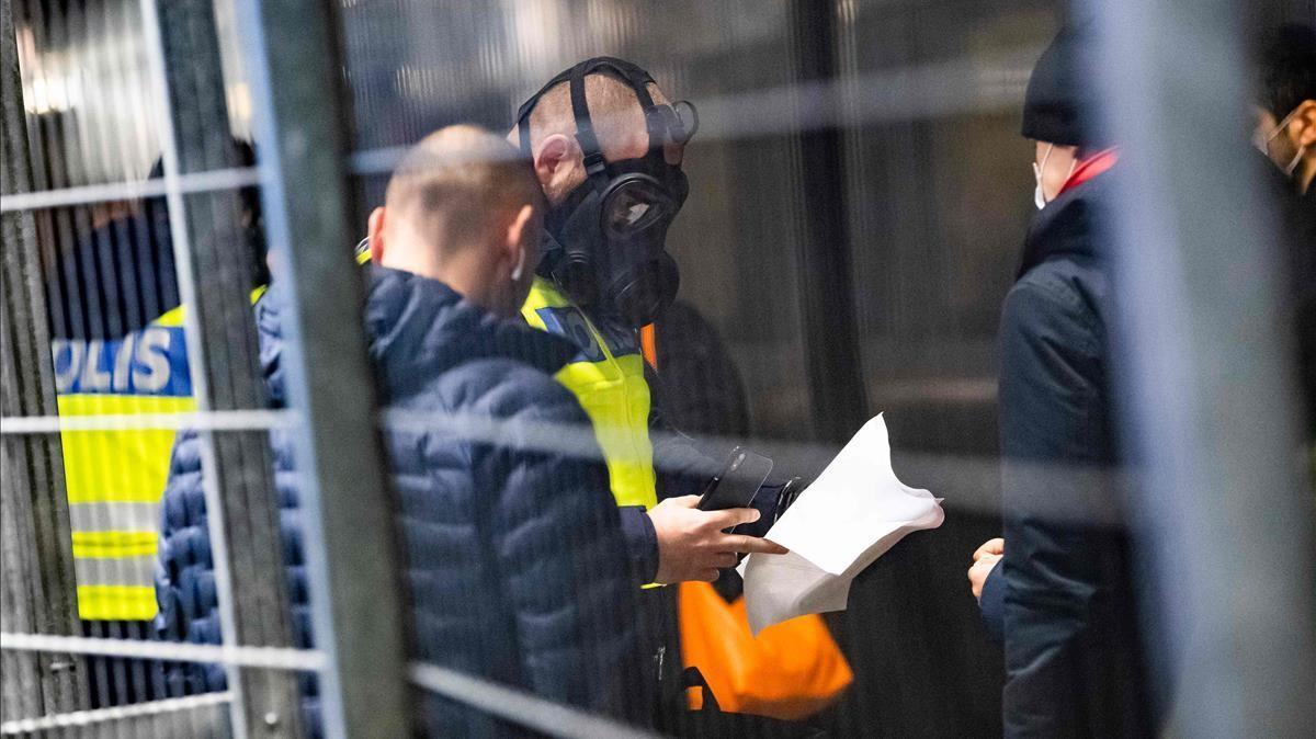 Viajeros procedentes de Dinamarca pasan un control de la policía suiza (con máscaras protectoras) en el puesto fronterizo de la estación de Hyllie, este martes.