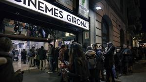 Aspecto de la entradade los Cinemes Girona durante uno de sus eventos.