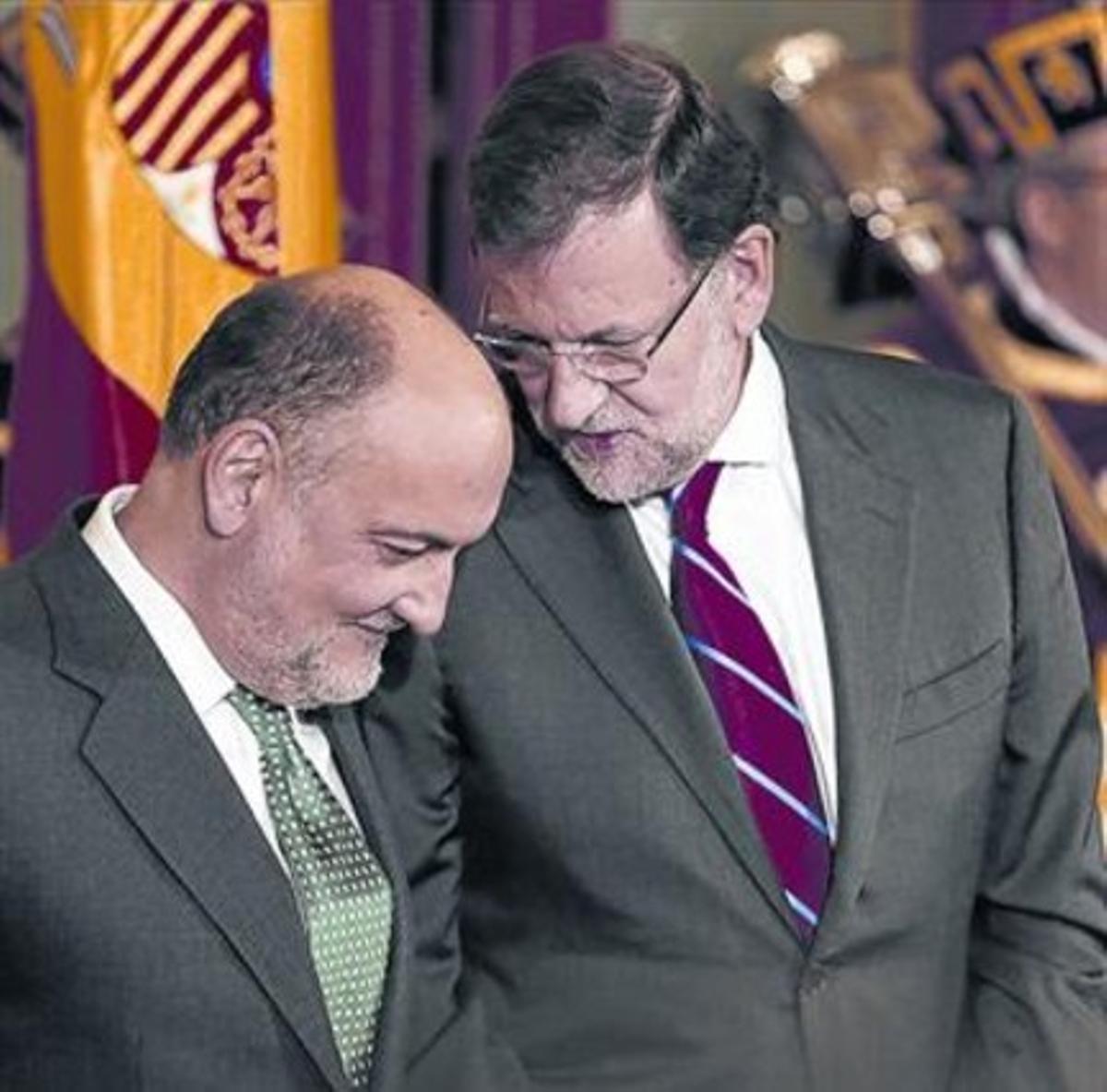 Rajoy hace un comentario a Francisco Pérez de los Cobos, presidente del TC.