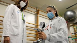 Rut Garcia, paciente pediátrica con covid-19 persistente, durante la rehabilitación en Can Ruti.