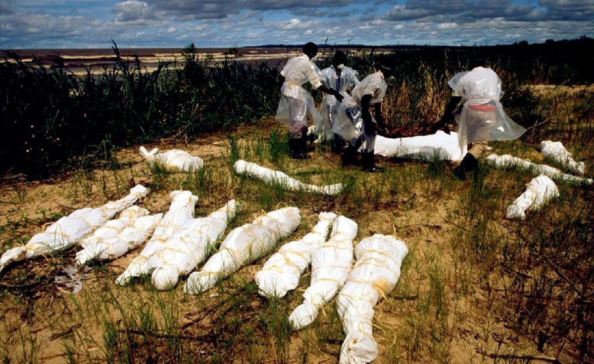 Pescadores de Uganda recogen los cuerpos sin vida que el río Akagera ha arrastradop desde Ruanda, en 1994.