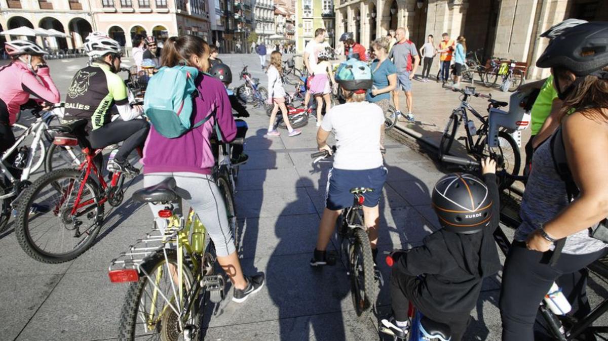 Un grupo de ciclistas, a punto de iniciar una ruta urbana.