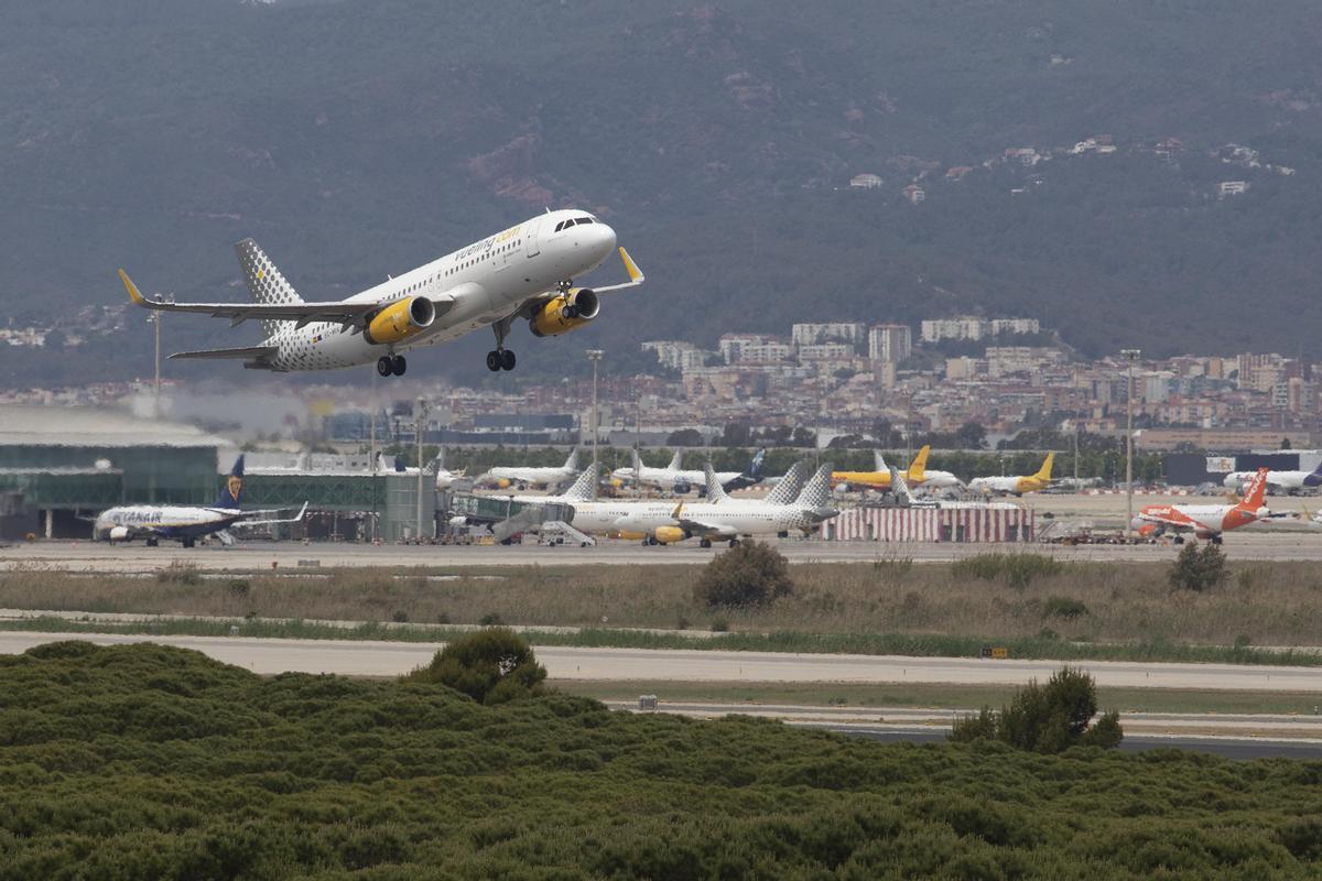Un avión de la compañía Vueling despega desde el aeropuerto de El Prat.